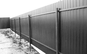 Опоры из стальных труб для заборов и ворот