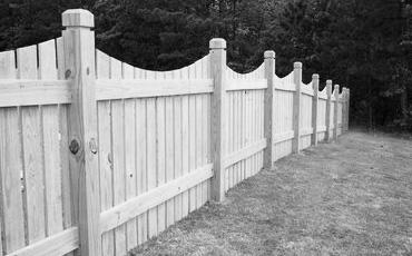 Деревянные опоры для заборов и ворот