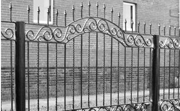Кованный забор с опорами из б/у труб.