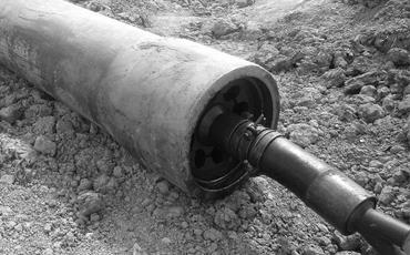 Кабель или труба частично выходят на поверхность